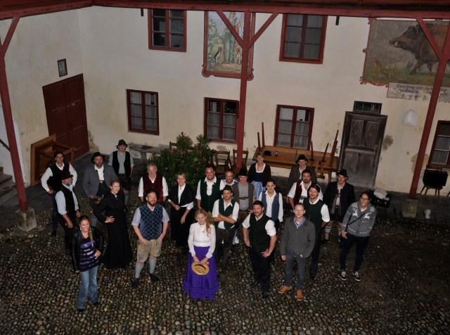 Das Ensemble 2014 des Grenztheaters im Schlosshof von Elkofen